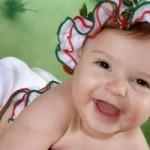 Bebê de chapeuzinho sorrindo. (Foto: divulgação)