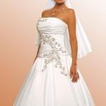 A grande característica do vestido tomara-que-caia é que ele possuio uma estrutura, o que obriga as noivas a manterem a postura ereta. (Foto: divulgação)