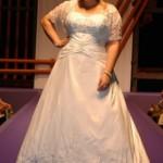 Modelo evasê de cetim com sobreposição de renda bordada é ideal para casamentos a noite. (Foto: divulgação)