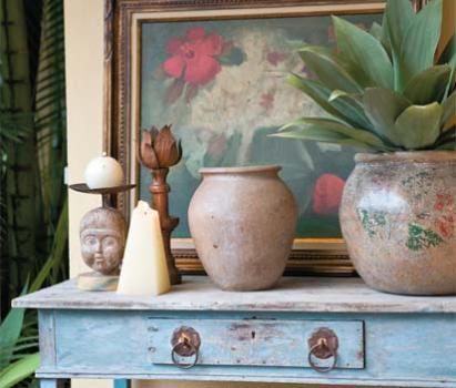 Móveis robustos e vasos grandes são marcas do estilo.