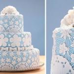 Bolo de casamento azul e branco.