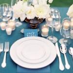 Mesa com toalha azul para servir os convidados.