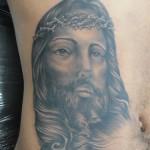 Tatuagem da imagem do rosto de Cristo na barriga. (Foto: divulgação)