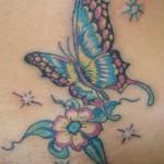 Tatuagem de borboleta, flores e estrelas na barriga. (Foto: divulgação)
