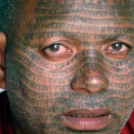 Um dos lugares mais inusitados para se ter uma tatuagem é no rosto, mas muitas pessoas gostam e são adeptas dessa prática. (Foto: divulgação)