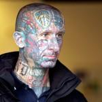 As tatuagens coloridas no rosto são de certa forma uma maneira de mudar o visual. (Foto: divulgação)