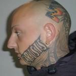 Frases e nomes também são tatuadas no rosto. (Foto: divulgação)