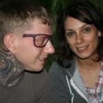 Tatuagem com formato de óculos no rosto. (Foto: divulgação)
