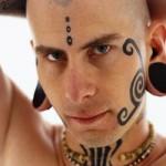 A tatuagem tribal esta entre as mais procuradas para fazer no rosto. (Foto: divulgação)