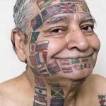 Tatuagem de bandeiras de vários países no rosto. (Foto: divulgação)