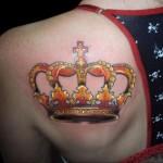 Tatuagem de coroa amarela. (Foto: divulgação)