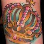 Tatuagem de coroa colorida com sombra. (Foto: divulgação)