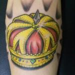 Tatuagem da coroa imperial colorida. (Foto: divulgação)