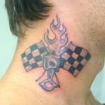 Os homens geralmente fazem tatuagens com símbolos no pescoço. (Foto: divulgação)