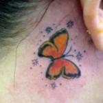 Tatuagem de borboleta e estrelinhas no pescoço. (Foto: divulgação)