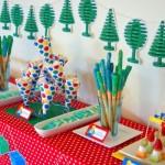 As árvores do Lego aparecem na decoração.