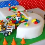 Bolo de aniversário decorado com tema Lego.