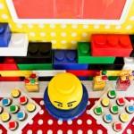 Mesa principal da festa com tema Lego.