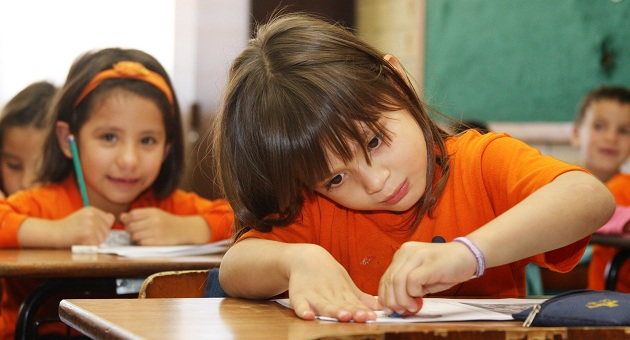 Pelas estimativas, o Brasil investia US$ 959 - R$ 1.965 por indivíduo em idade educacional.