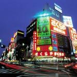 As metrópoles como Tokyo proporcionam todas as formas de entretenimento urbano, desde as artes tradicionais japonesas como o Nô, o Kabuki e o Bunraku até concertos de orquestras mundialmente conhecidas e de artistas populares. (Foto: divulgação)