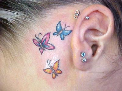 Borboletas atrás da orelha ficam bonitas e discretas. (Foto: Divulgação)