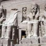 O gigantesco templo de Abu Simbel na Núbia, Baixo Egito obra foi talhado na banda íngreme da montanha e sua entrada é assinalada por quatro estátuas de Ramsés II, também esculpidas na própria rocha. (Foto: divulgação)