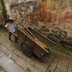 Homem chinês empurrando carrinho, Vila Hong Cun, Yi County, China (Foto: divulgação)