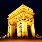 Arco do Triunfo à noite todo iluminado, mais um cartão postal da França. (Foto: divulgação)
