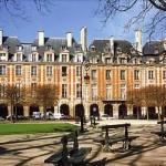 Antes chamada de Place Royale, a praça Place des Vosges foi construída por Henrique IV, entre 1605 e 1612. (Foto: divulgação)