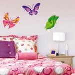 Adesivos de borboleta contribuem com leveza e movimento.