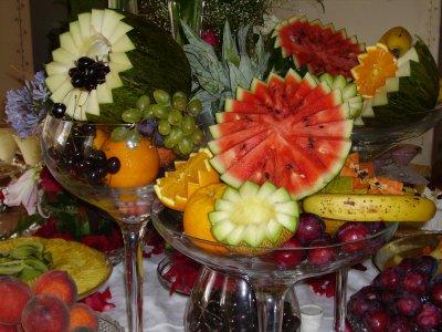 A mesa de frutas é uma ótima idéia para quem vive de dieta podendo optar em comer frutas e evitar os famosos salgadinhos. (Foto: divulgação)