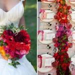 O buquê da noiva combina com a decoração.