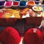 As cores fortes e vivas são algumas de suas tradições nas roupas e acessórios. Foto: divulgação)