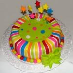 Bolo decorado com tirinhas coloridas feitas de massa americana. (Foto: divulgação)