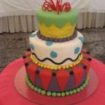 O bolo colorido pode ser feito de acordo com a decoração da festa. (Foto: divulgação)