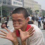 É incrivel como as pessoas conseguem mudar sua aparência completamente ao fazer uma careta (Foto: divulgação)
