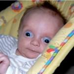 Bebê fazendo careta, arregalando os olhos (Foto: divulgação)