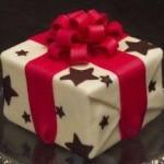 """Bolo personalizado """"Caixa de presente com laço vermelho"""" (Foto: divulgação)"""