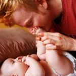 As brincadeiras entre pais e filhos carregam amor e felicidade e fazem bem para o coração (Foto: divulgação)