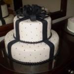 Bolo artístico preto e branco decorado com laço de fita (Foto: divulgação)