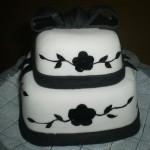 Bolo artístico preto e branco em formato de caixa (Foto: divulgação)