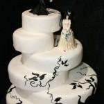 Bolo artístico preto e branco com decoração Halloween para casamento (Foto: divulgação)