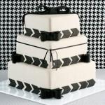 Bolo artístico preto e branco decorado com passa fita de pasta americana (Foto: divulgação)