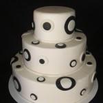 Bolo artístico branco redondo decorado com círculos preto e branco (Foto: divulgação)