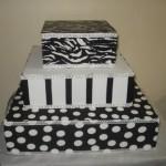 Bolo artístico preto e branco decorado em patchwork (Foto: divulgação)
