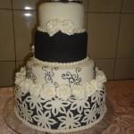 Bolo artístico preto e branco decorado com delicadesa e simplicidade (Foto: divulgação)