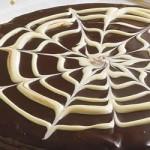 Bolo de chocolate com cobertura de chocolate derretido (Foto: divulgação)