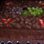 Bolo de chocolate decorado com frutas (Foto: divulgação)
