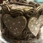 Bolo de chocolate decorado com corações de chocolate (Foto: divulgação)