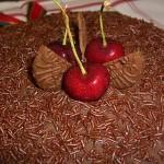 Bolo de chocolate decorado com cerejas (Foto: divulgação)